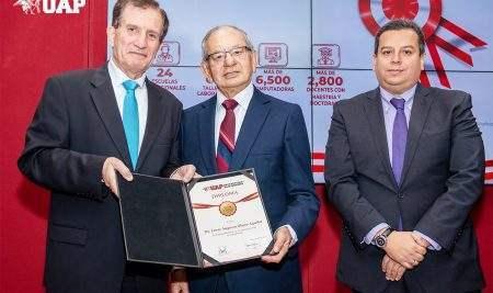 UAP RECONOCE AL DR. CÉSAR OLANO AGUILAR POR SUS AÑOS DE SERVICIO